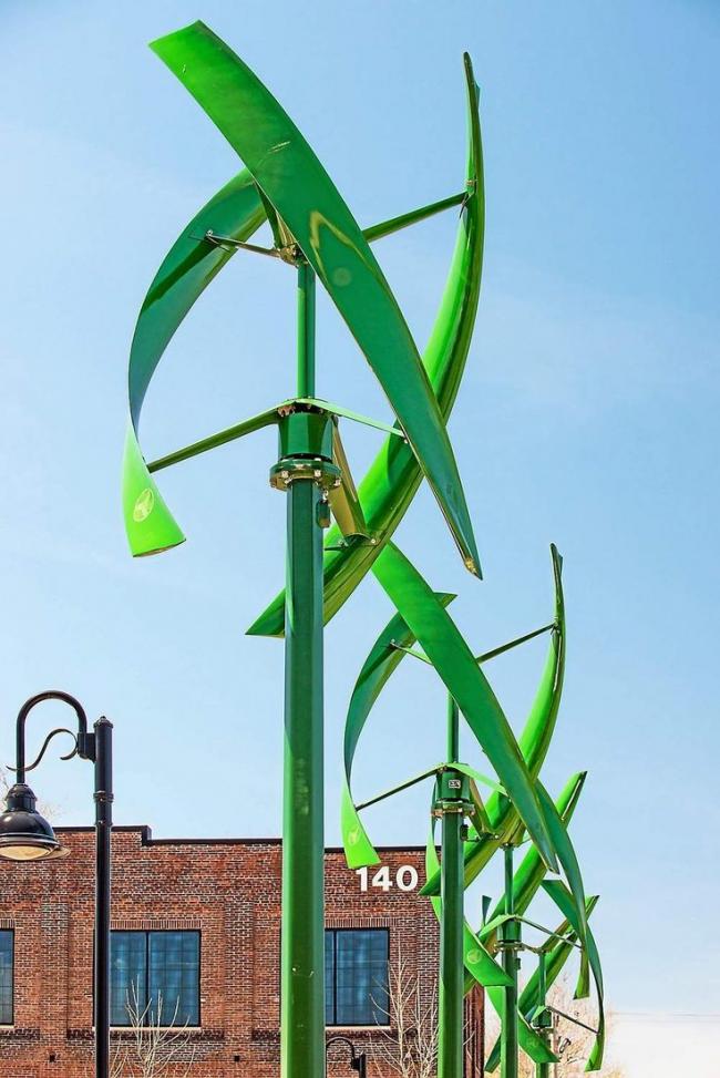 Яркая композиция из нескольких ветрогенераторов со спиральными лопастями