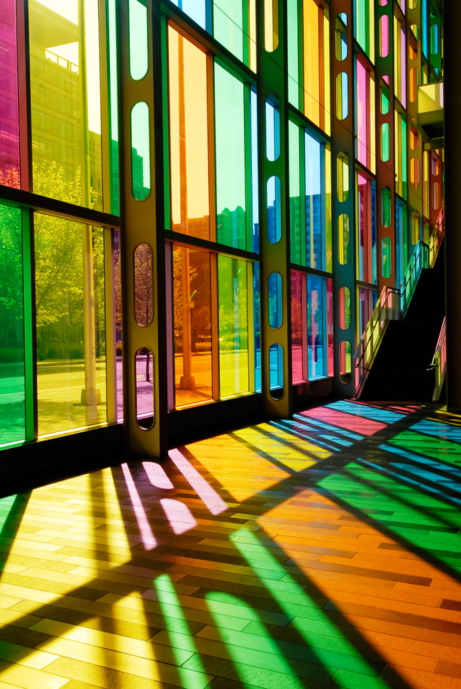 Цветная витражная пленка на фасаде смотрится очень эффектно