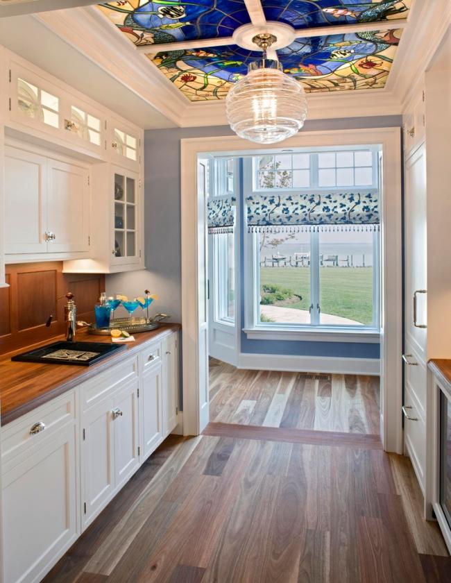 Красивый витражный потолок в дизайне кухни