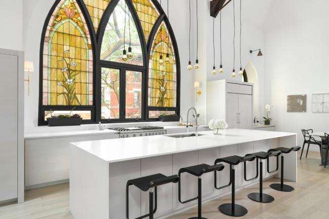 Витражная плёнка, имитирующая кусочки стекла, станет отличной альтернативой для ценителей витражей