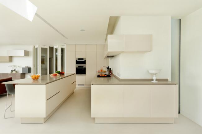 Наливной пол в интерьере кухни в стиле минимализм