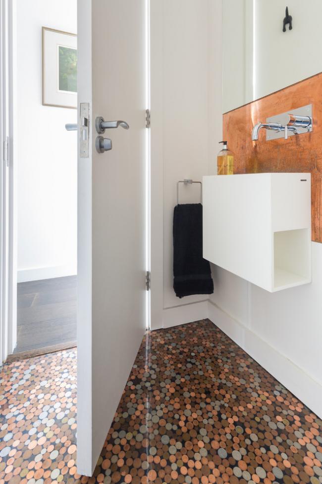 Наливной пол устойчив к повышенной влажности в ванной комнате