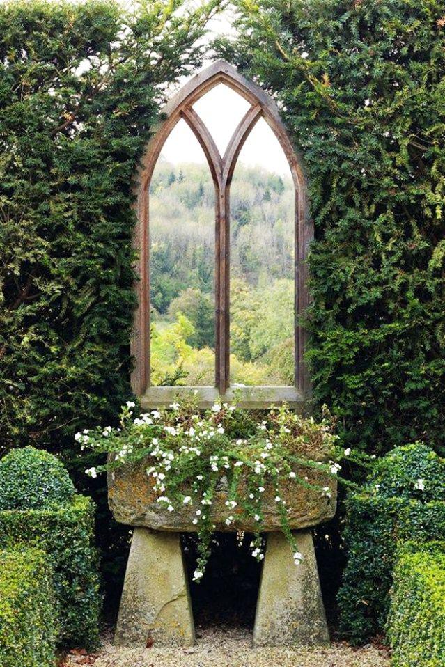 Хвойная живая изгородь с декоративной рамой