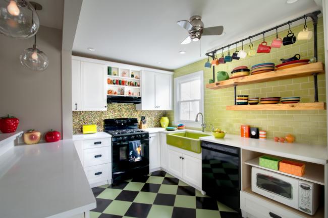 Эклектичная кухня с яркой посудой