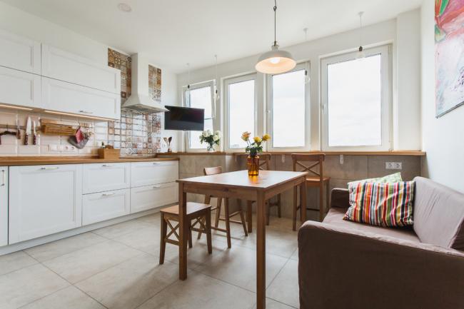 Просторная кухня с мягким диваном
