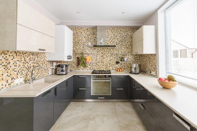 П-образная кухня с удобной рабочей зоной у окна