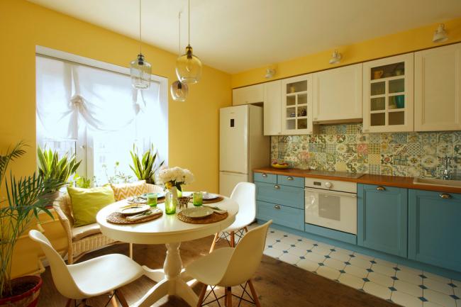Просторная яркая и светлая кухня располагает к хорошему настроению