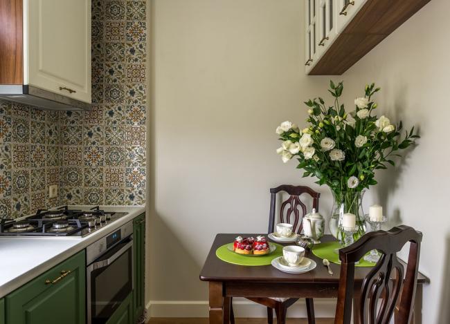 Красивая узорная плитка хорошо смотрится на небольшой классической кухне