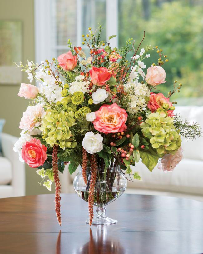 Добавьте немного воды в стеклянную вазу, чтобы цветы выглядели еще более натурально