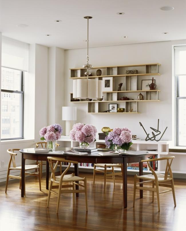 Современная столовая с пышными цветами на столе