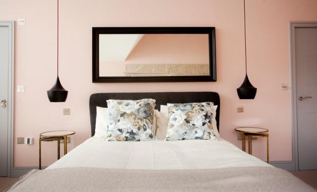 Спальня в стиле модерн в нежной гамме с черными акцентами