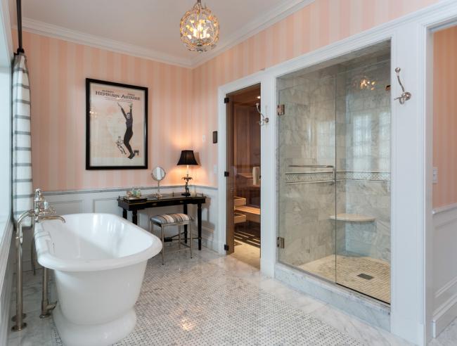 Просторная ванная комната с вертикальной полоской на стенах