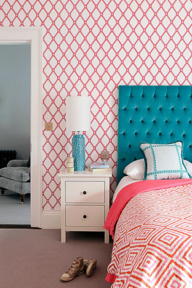 Коралловые орнаменты прекрасно освежают спальную комнату