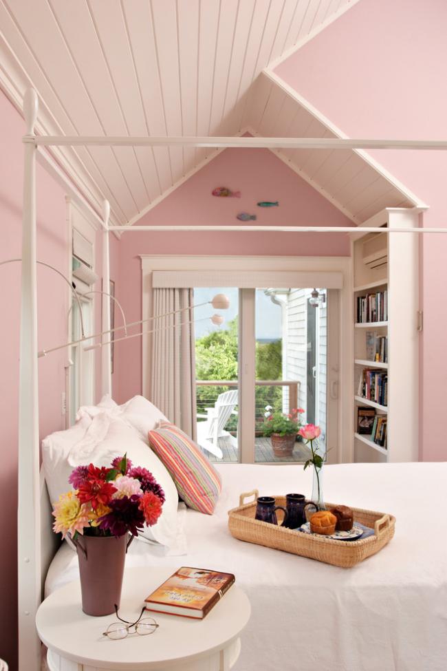 Стильная спальня со светлыми пастельными обоями под покраску
