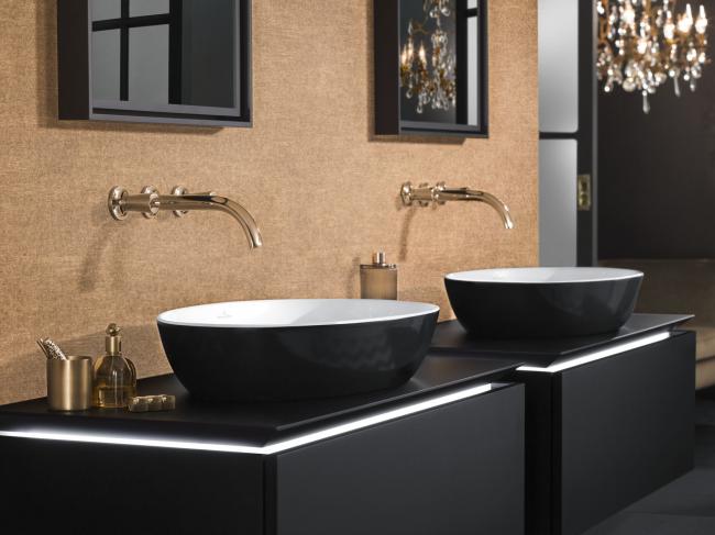 Стильная и удобная ванная комната с черной мебелью и сантехникой