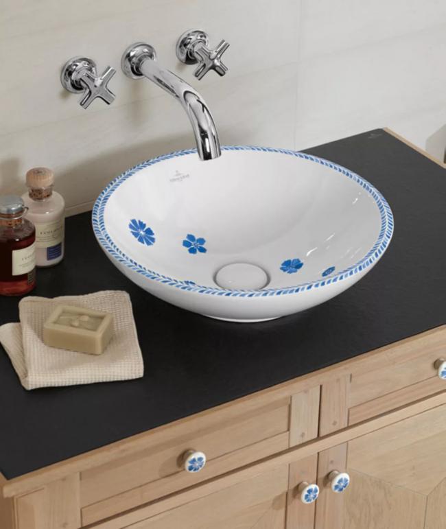 Сантехника с узором для ванной в стиле кантри