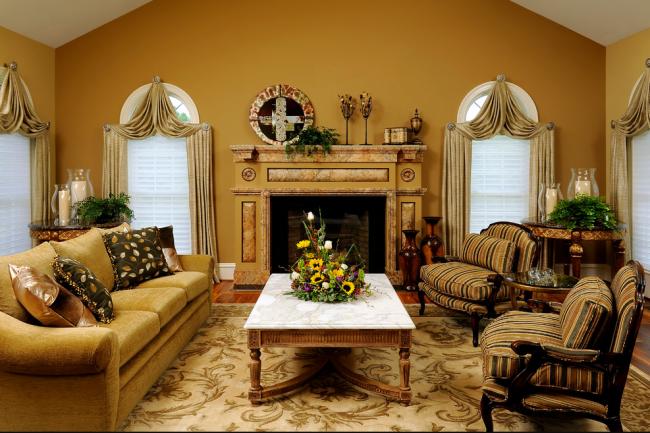 Гостиная, несмотря на выдержанность в одном тоне, выглядит гармонично и уютно