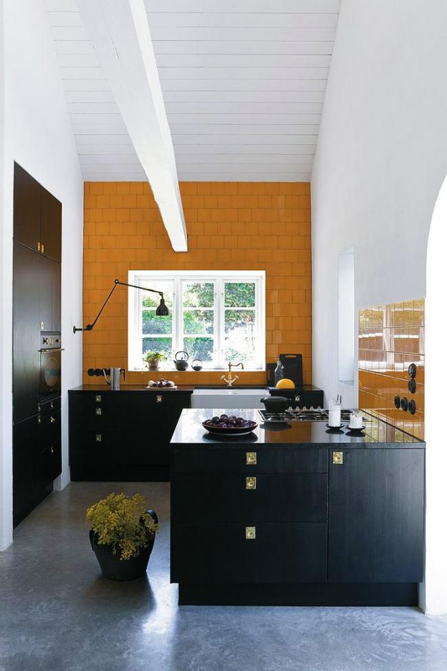 Стильное цветовое оформление угловой кухни