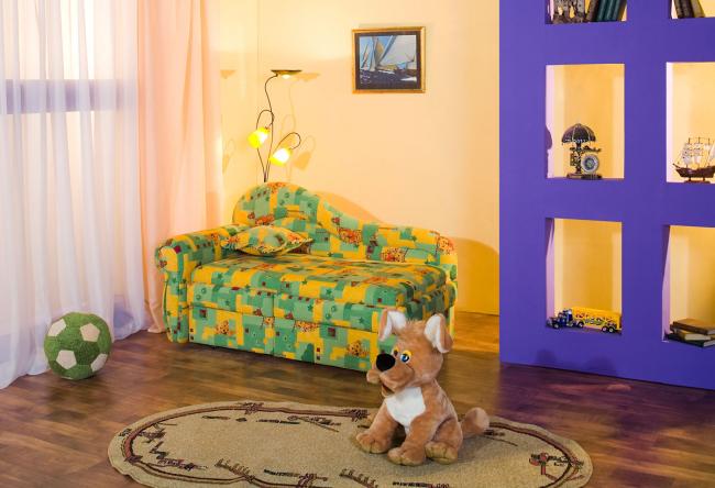 Мягкая мебель яркой расцветки подходящий вариант для маленького ребенка