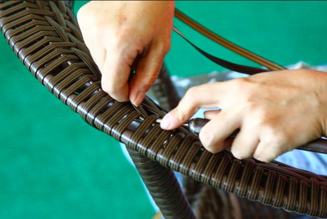 Плетение мебели из ротанга - отличная альтернатива поддонам, однако, менее бюджетная