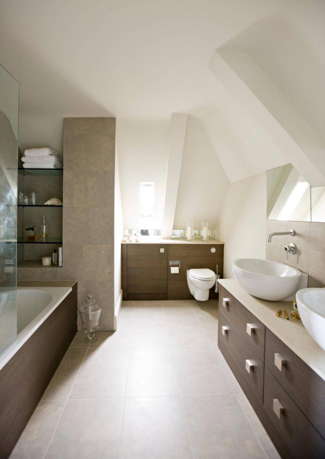 Просторная ванная комната в классическом стиле