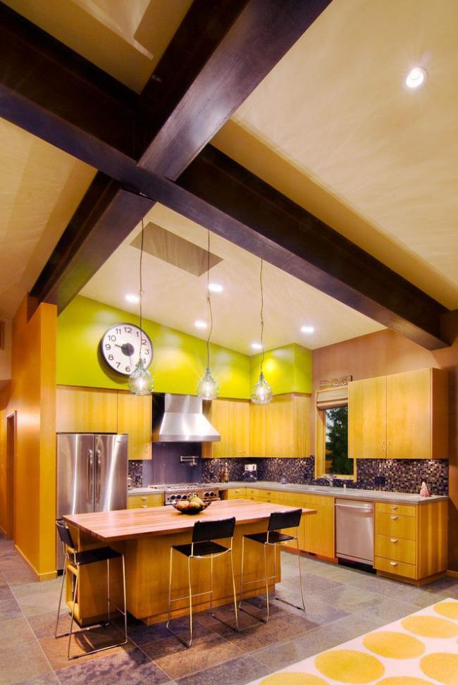 Стильное оформление кухонного пространства необычным сочетанием тонов