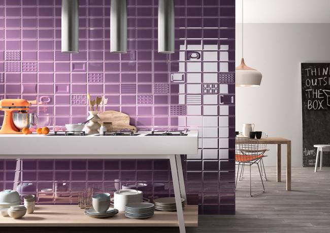 Рабочая стена кухни в глянцевой плитке