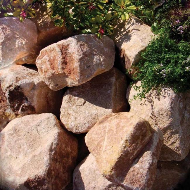 Неправильная форма натуральных камней сделает вашу постройку более оригинальной