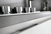 Фото 22 Минимализм в тренде: обзор элегантных кухонь без ручек и варианты их механизмов