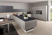 Фото 23 Минимализм в тренде: обзор элегантных кухонь без ручек и варианты их механизмов