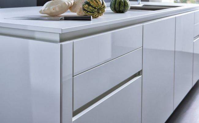 Отсутствие фурнитуры позволяет более свободно перемещаться по кухне