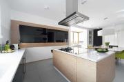 Фото 28 Минимализм в тренде: обзор элегантных кухонь без ручек и варианты их механизмов