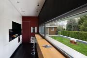 Фото 33 Минимализм в тренде: обзор элегантных кухонь без ручек и варианты их механизмов