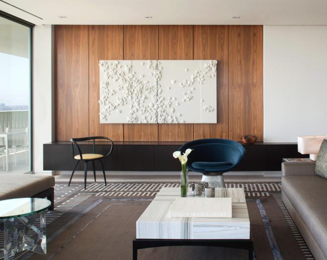 Отделка стены под дерево в интерьере современной гостиной