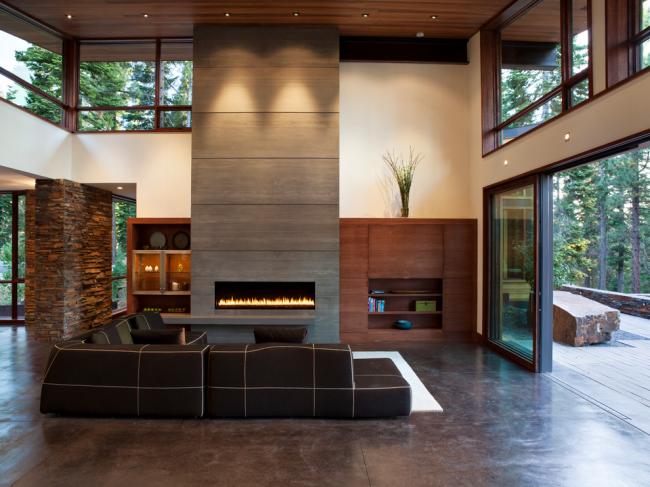 Просторная гостиная с высокими потолками в стиле современная классика
