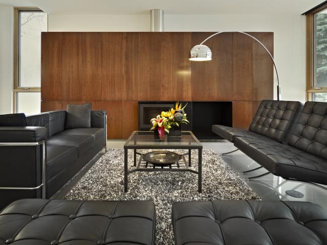 Кожаная мягкая мебель черного цвета в дизайне гостиной