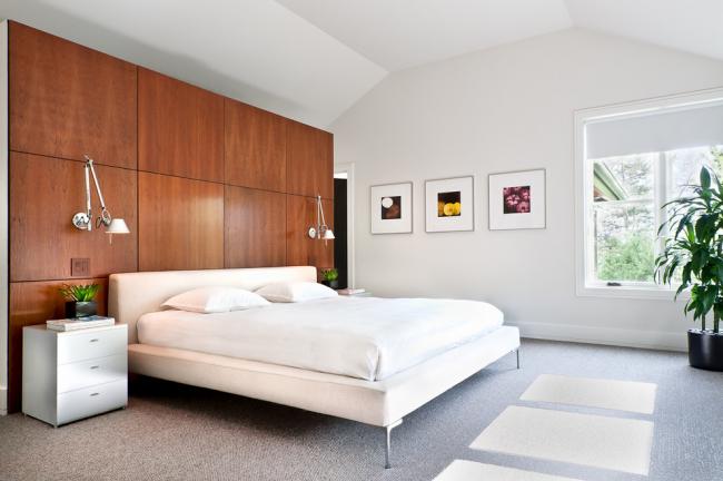 Панели с имитацией натурального дерева в интерьере спальни