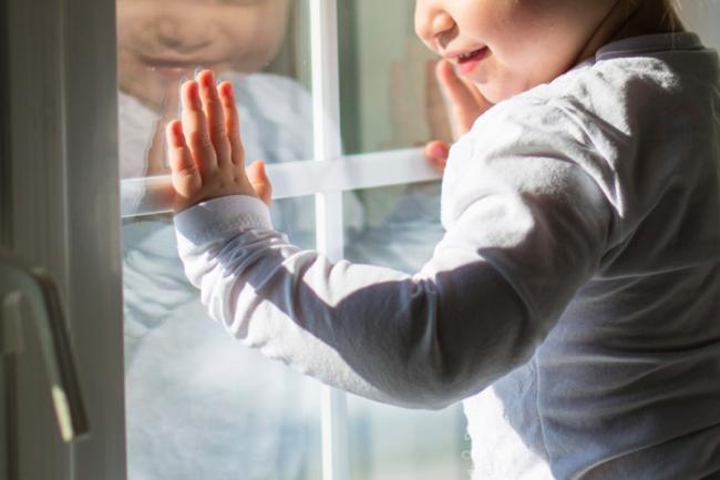 Если в семье есть маленькие дети, то необходимо устанавливать москитные сетки с решётками от выпадения детей
