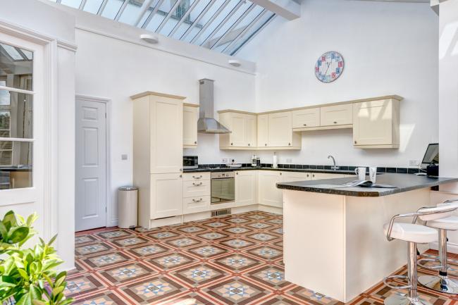 Контрастный пол в интерьере кухни, оформленной в современном стиле