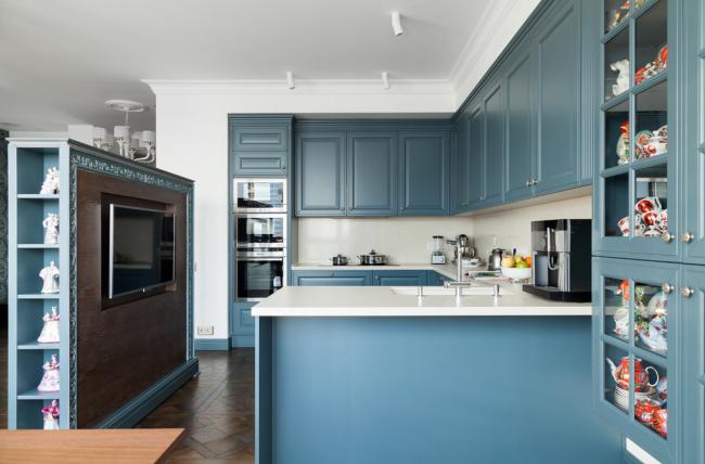 Дизайнеры ценят синий цвет за способность освежать слишком скучные интерьеры и облагораживать их