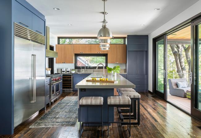 Интересное размещение окна и кухонной мебели
