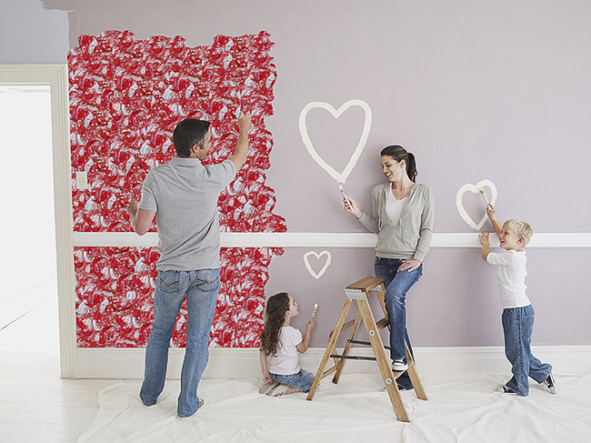 Легкое нанесение материала позволяет поучаствовать в процессе всей семьей