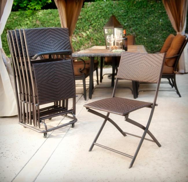 Удобная подставка, позволяющая собрать все стулья-раскладушки в одном месте