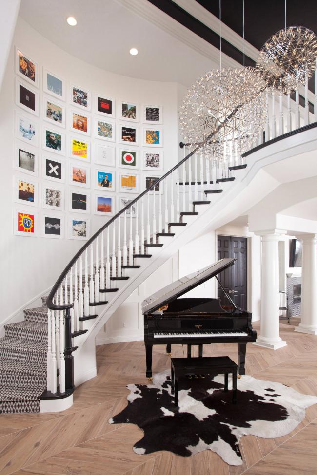 Красивая лестница с деревянными перилами
