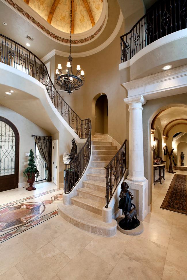 Просторный холл в классическом стиле