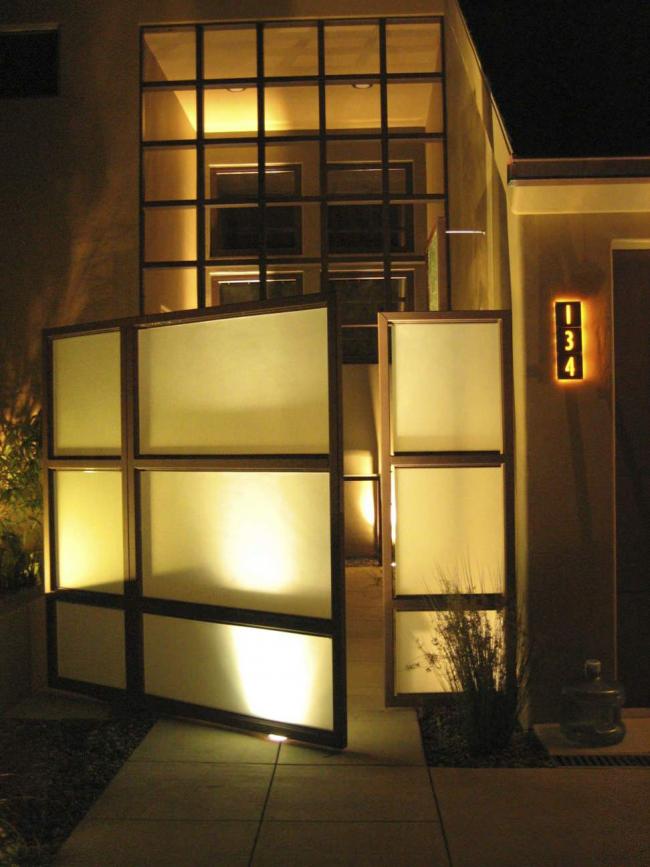 Подсветка сделает ваш фасад очень выразительным в темное время суток