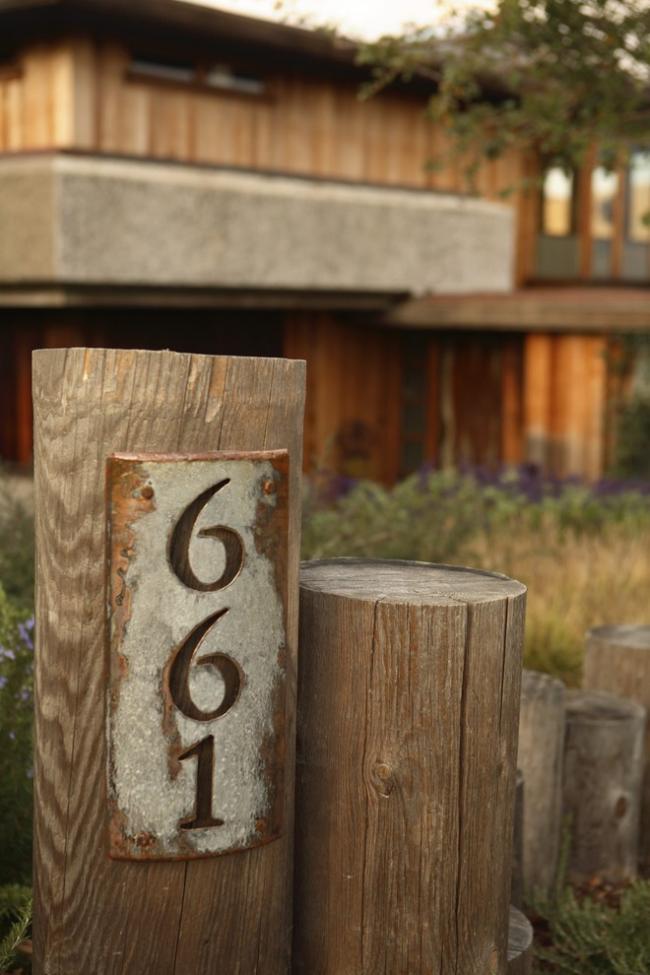 Деревянная адресная доска в вертикальном исполнении