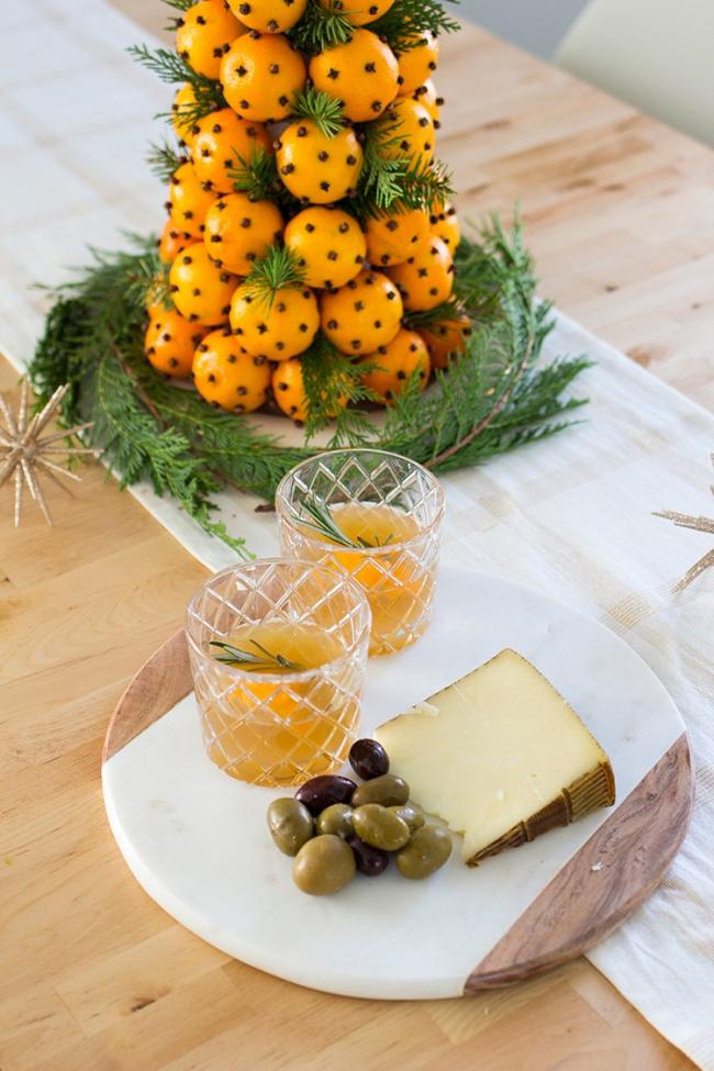 Новогоднее украшение стола из апельсин и гвоздики