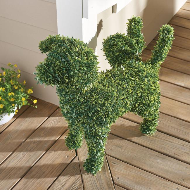 Декоративная скульптура в виде собаки