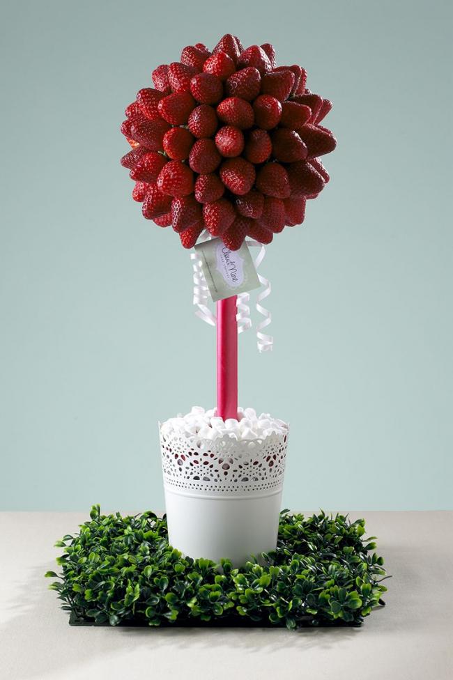 Праздничное дерево из клубники